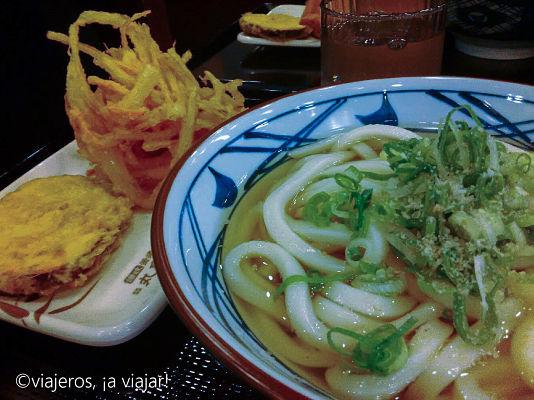 gastronomía japonesa. Udón y tempura de verduras