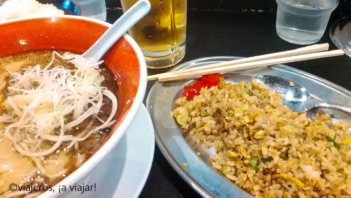 Comida Japonesa. Ramén acompañado de arroz con verduras