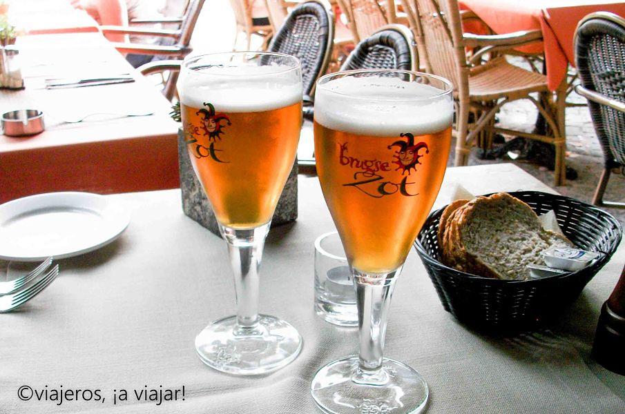 Probando la cerveza en Brujas