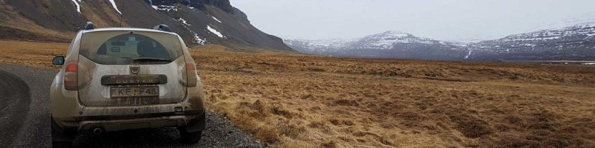 Conducir en Islandia. carretera de grava